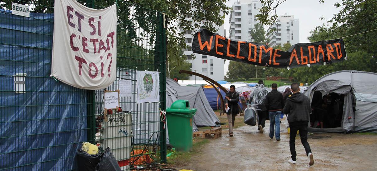 Entrée du camp de réfugiés installé au parc Maximilien à Bruxelles