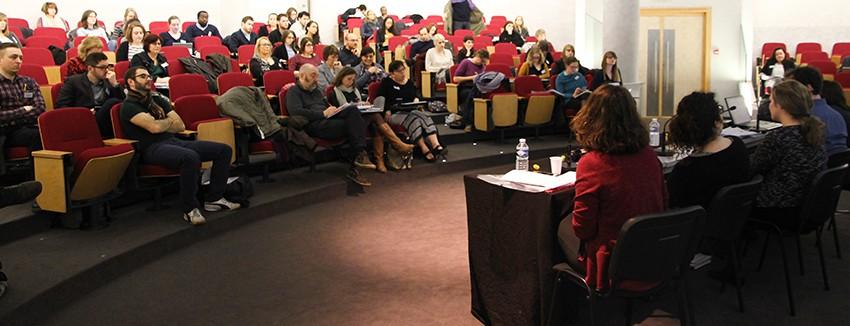 Le public assiste à une conférence.