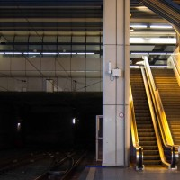 Dans la station, un tunnel borde un escalator.